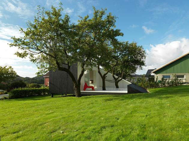 saunders-architecture-compact-guest-cabin-design-around-trees-3.jpg