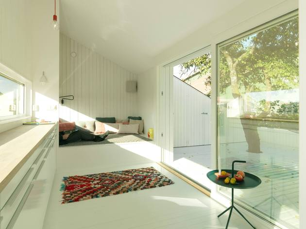 saunders-architecture-compact-guest-cabin-design-around-trees-5.jpg