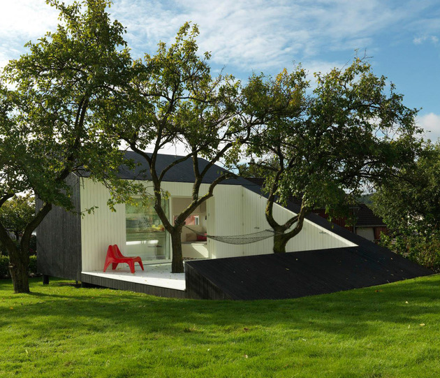 Artist Studio Overlooks Guest Cabin With Rooftop Garden: Saunders Architecture Designs Compact Guest Cabin Around