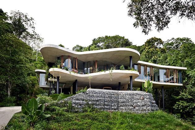 architect and interior designer make their fantasy a reality 1 thumb 630xauto 54740 Architect and Interior Designer Build Their Fantasy Home in Tropical Paradise