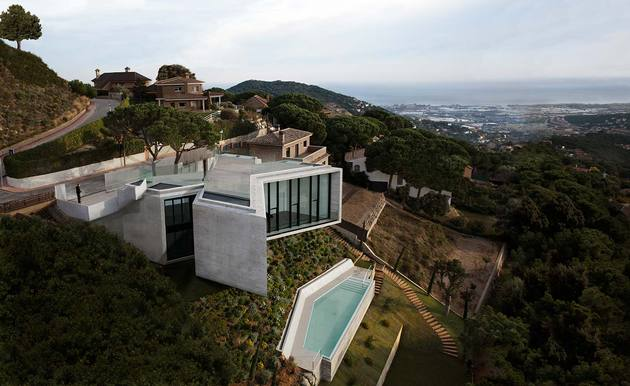 cadaval and sola morales x house barcelona 1b thumb 630xauto 54574 This X shaped House Design is a Work of Great Architectural Minds