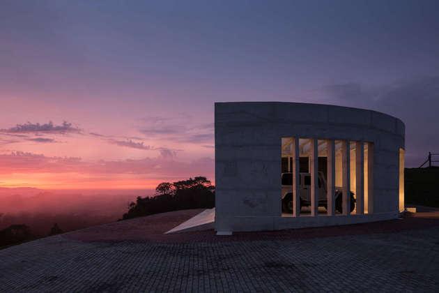 coliseum like house design 1 thumb 630xauto 54512 Coliseum Like House Design Comes with Roof Observation Terrace
