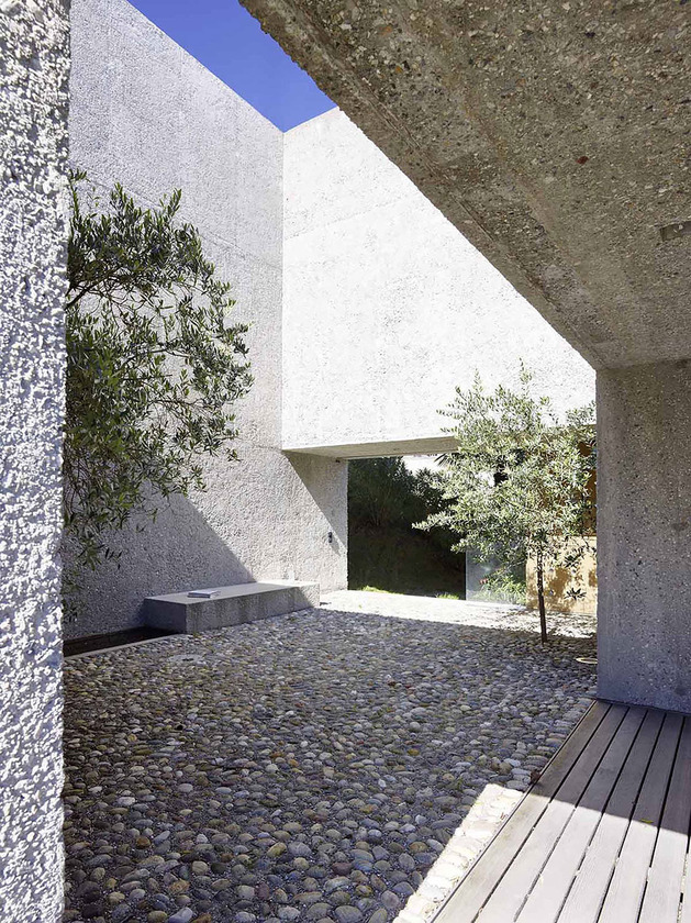 house-with-raw-concrete-courtyard-4.jpg