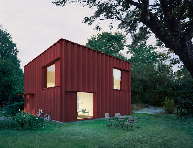red cubical cottage 2 thumb 630xauto 55715 This Red Cubical Cottage was Designed Based on Statistics