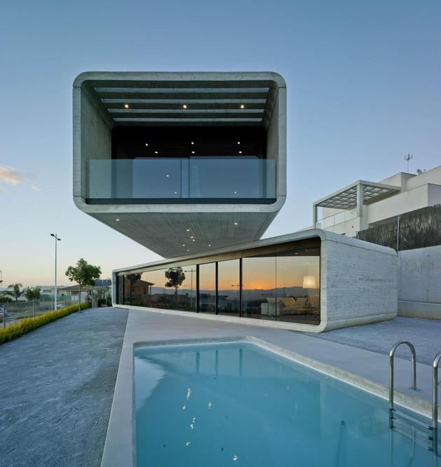 concrete cantilever house clavel arquitectos 1 thumb autox666 56739 Concrete Cantilever House Extends 32 Feet Over the Pool