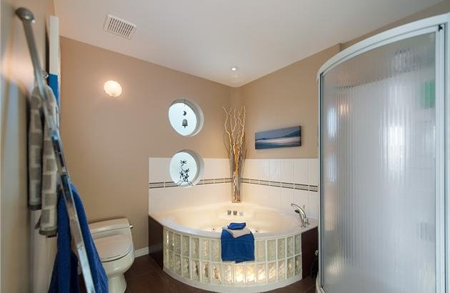 floating-home-interiors-ladner-lighthouse-bath.jpg