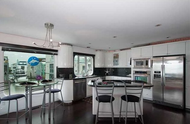 floating-home-interiors-ladner-lighthouse-kitchen.jpg