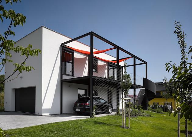 4-house-racing-driver-features-main-floor-car-shop.jpg