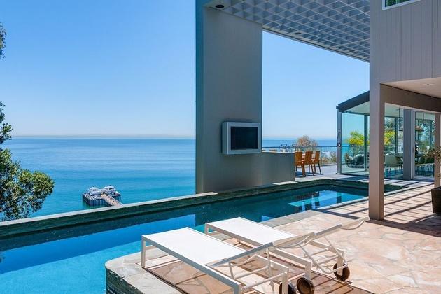 malibu beach house ocean side 2 thumb 630xauto 58332 Modern Malibu Beach House: Rooms with a View