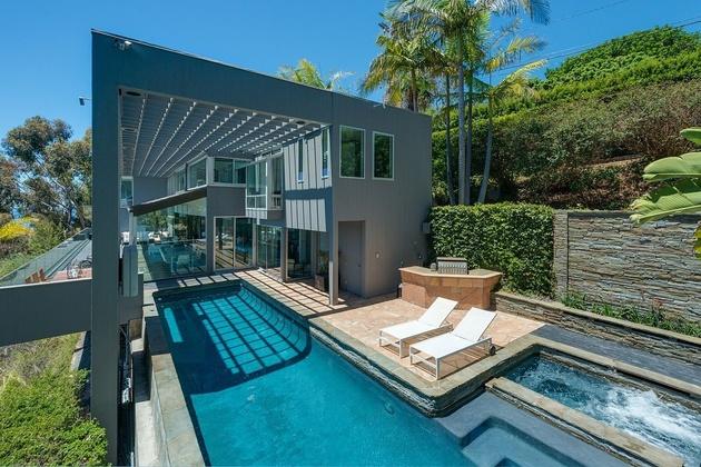 malibu-beach-house-ocean-side-hot-tub.jpg