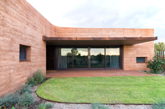 10-rammed-earth-wall-creates-thermal-mass-semi-buried-houses.jpg