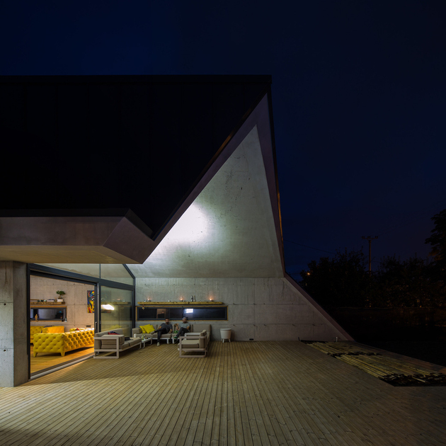 4-asymmetrical-concrete-addition-modernises-existing-home.jpg