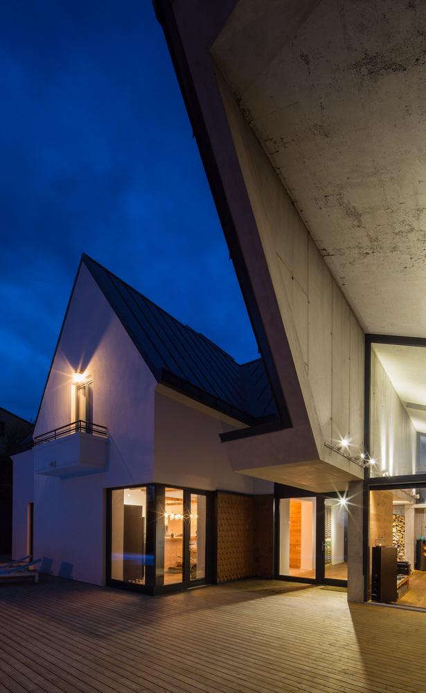 5-asymmetrical-concrete-addition-modernises-existing-home.jpg
