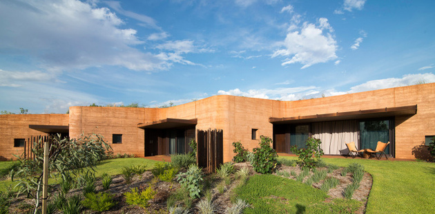 9-rammed-earth-wall-creates-thermal-mass-semi-buried-houses.jpg