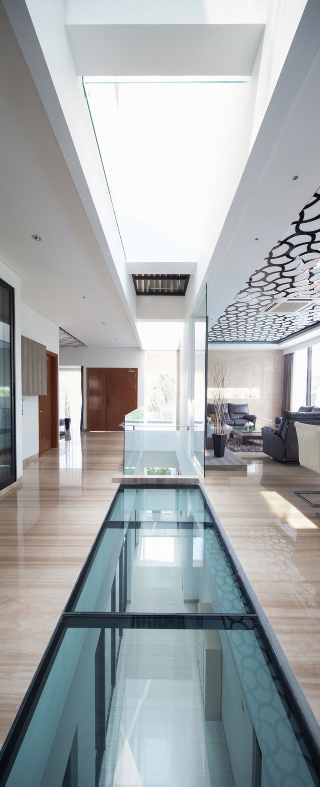 10-corridor-glass-floors-ceilings-house.jpg