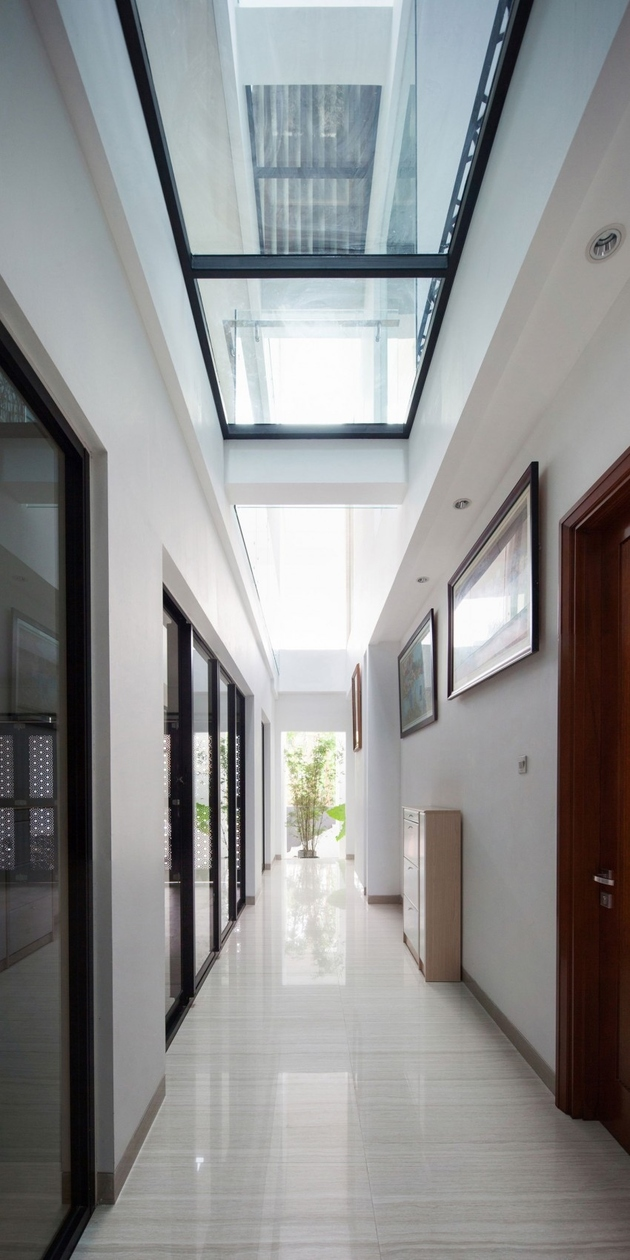 11-corridor-glass-floors-ceilings-house.jpg