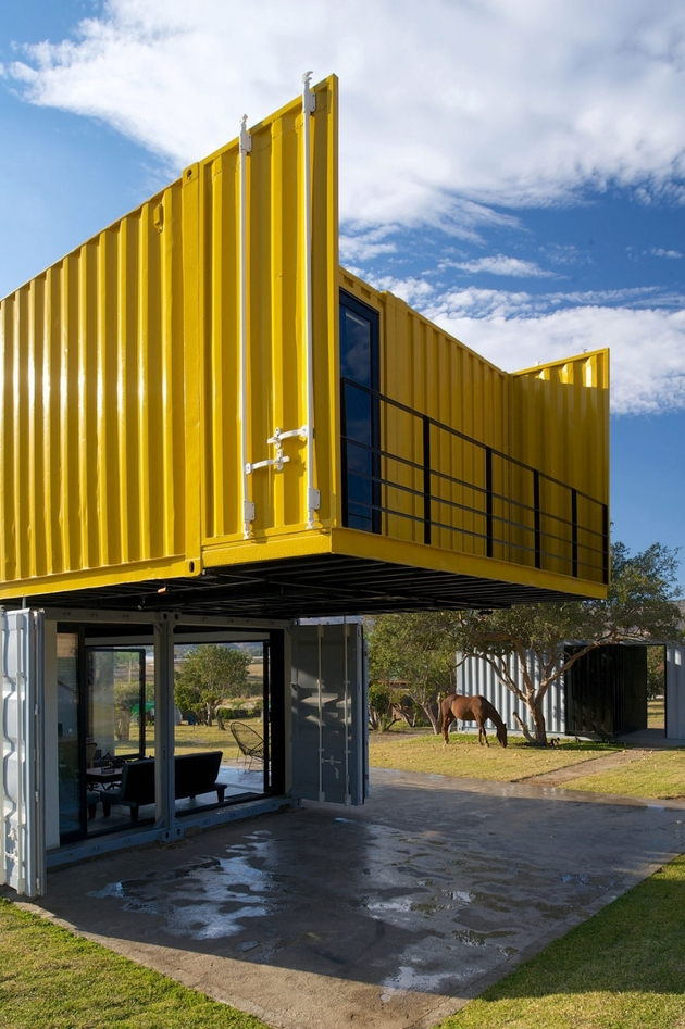 11-house-4-shipping-containers-1-guests.jpg