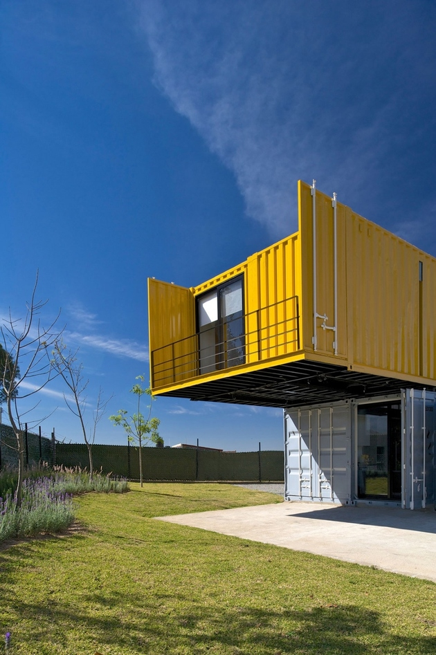 9-house-4-shipping-containers-1-guests.jpg