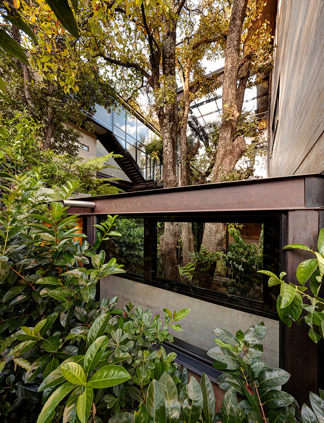 13-outdoor-elevated-glass-walkway-connects-two-sections-house.jpg