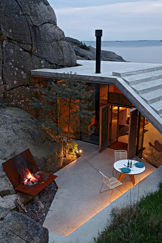 norway house in rock cabin knapphullet lund hagem 2 thumb autox945 63635 Seaside Cabin on the Rocks in Norway: Knapphullet by Lund Hagem