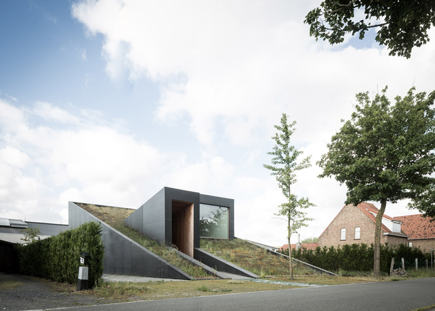1 sloped green roof split level home thumb 630xauto 66031 Sloped Green Roof Covers Split Level Home