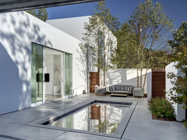 8-contemporary-home-opens-up-poolside-courtyard.jpg