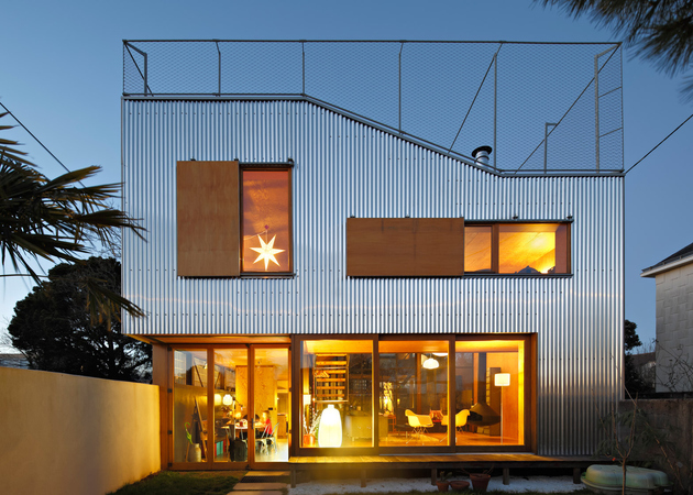 1 corrugated aluminium facade 1930s home extension thumb 630xauto 66346 Cool French House with Corrugated Aluminium Facade and Roof Top Terrace