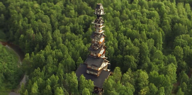 alaska log cabin tower house 4 thumb 630xauto 66669 This Alaskan Log Cabin Tower House Looks Like a Dr. Suess Movie Set