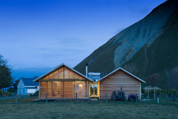 bay house design wood mountains coastline 1 Coastal House Designs   Capturing Coastline and the Mountains