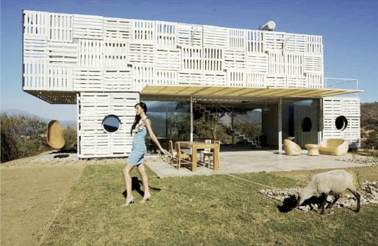 chilean architects modern recycled eco house 2 Recycled Eco House by Chilean Architects: wood pallets + shipping containers