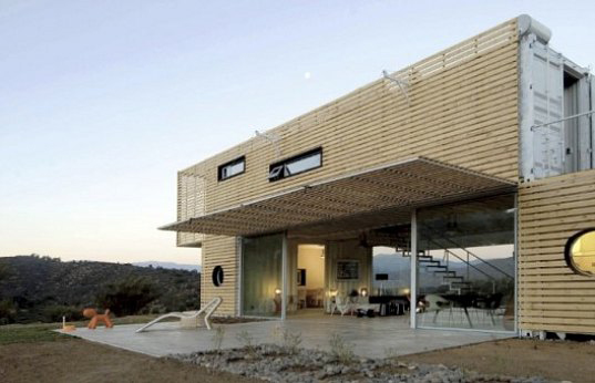 chilean architects modern recycled eco house 4 Recycled Eco House by Chilean Architects: wood pallets + shipping containers