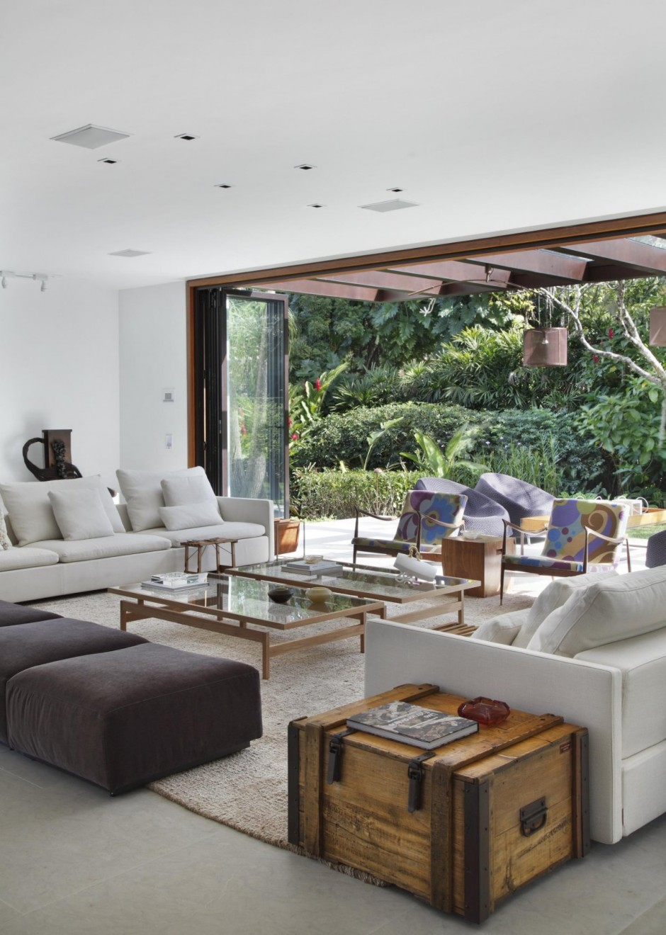 View in gallery contemporary colonial home in rio 12 jpg. Contemporary Colonial Home in Rio decorated in neutral palette