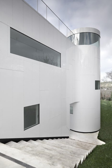 curvacious-glossy-white-home-addition-in-spain-10.jpg