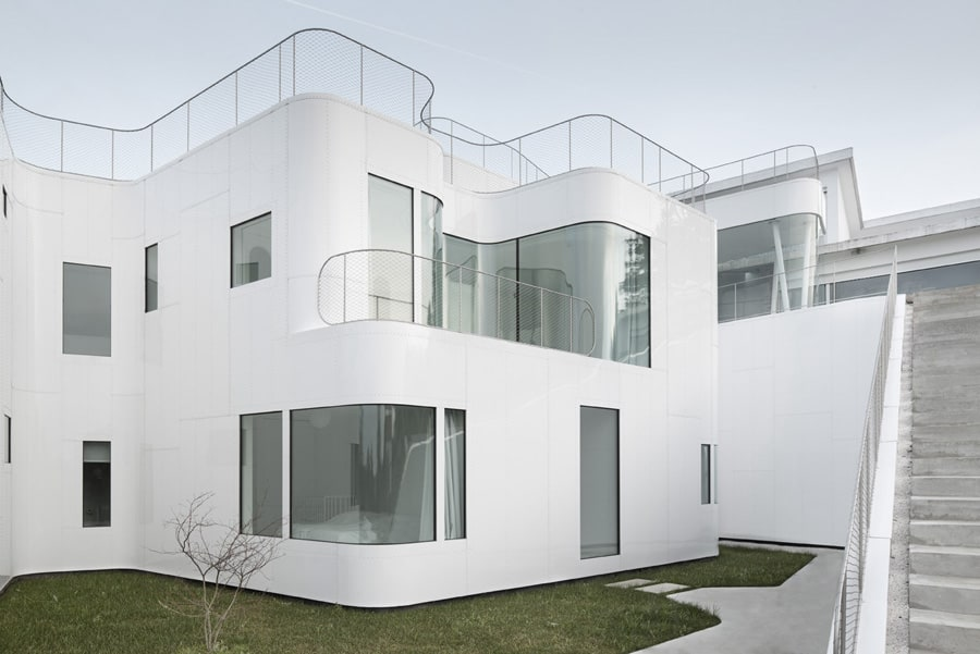 View In Gallery Curvacious Glossy White Home Addition In Spain 8.