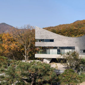 Curving house in South Korea adapts to the land