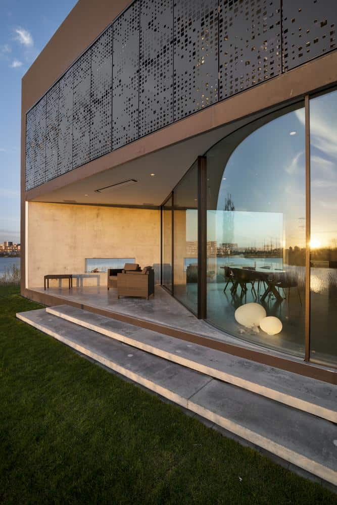 Diamond shaped house with curving glass windows for Home design diamonds