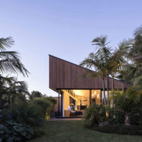 Exotic S-shaped house in New Zealand