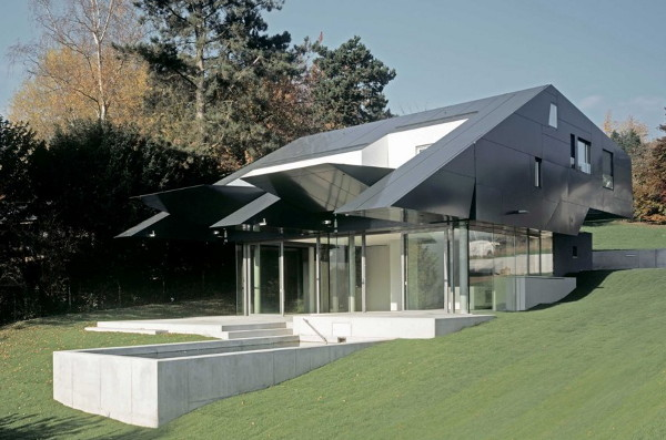 f house 1 Futuristic Spaceship Inspired House Combines Technology and Nature in Frankfurt, Germany