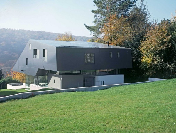 f house 2 Futuristic Spaceship Inspired House Combines Technology and Nature in Frankfurt, Germany