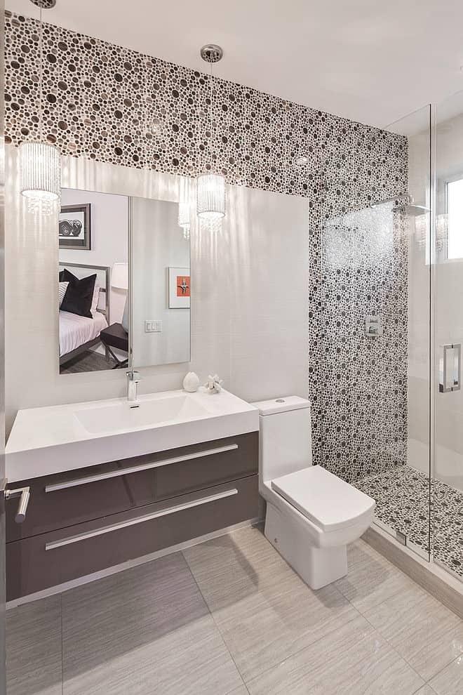 Fleetwood Multi-slide Doors and Ceramic Floors Define Beautiful House