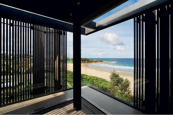 freshwater house 1 Sydney Beach Side House enclosed in folding screens