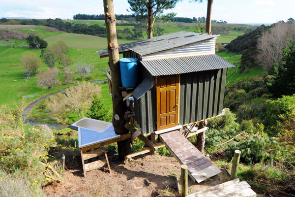 green tree house built on budget 2 Green Tree House Built On A Budget