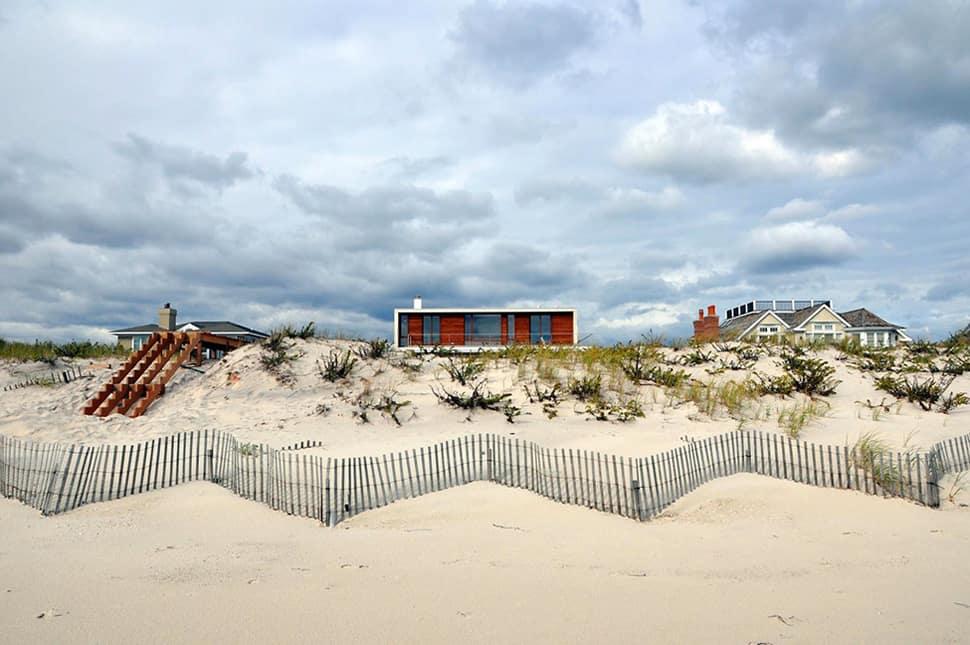 Hamptons Beach House With Elegant Metal