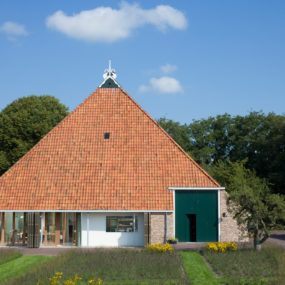 Historic Dutch Barn Hides Modern Home