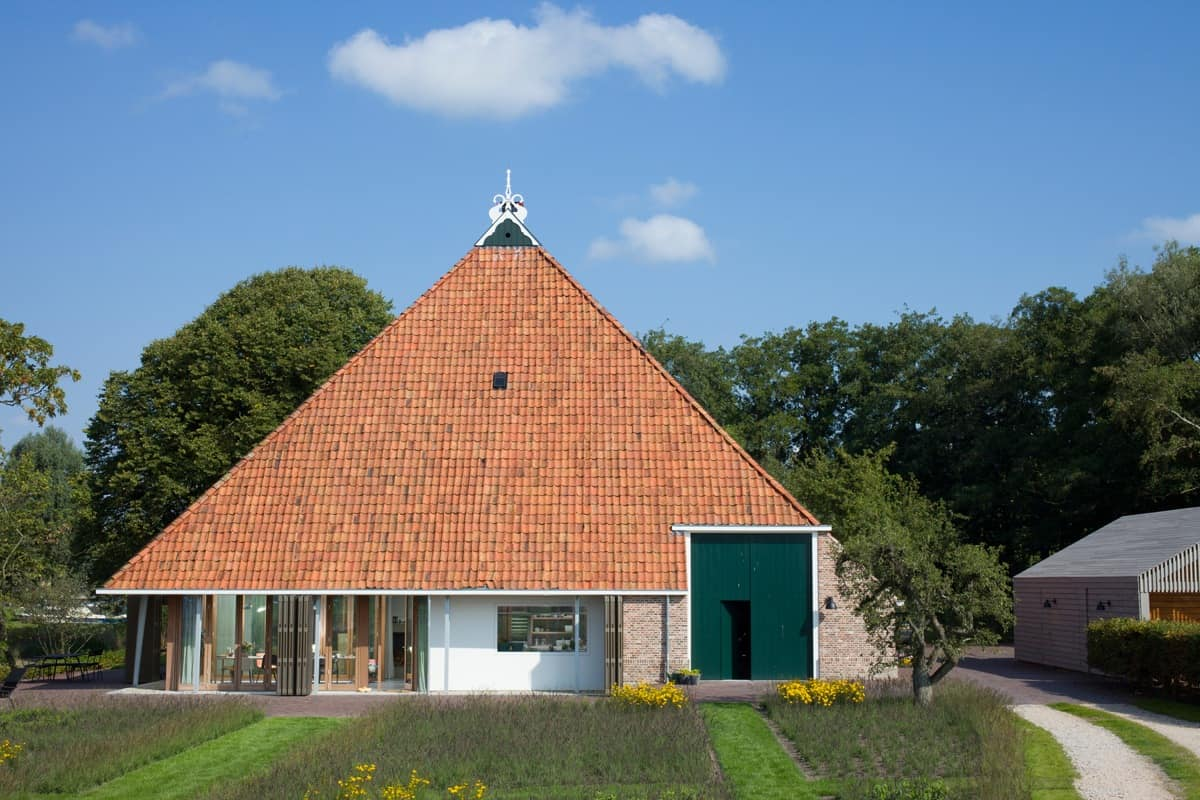Historic dutch barn hides modern home for Architecture maison design