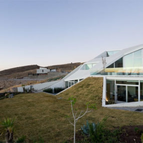 Mountainside Home in Mexico – amazing futuristic design lets you relax on your own roof …