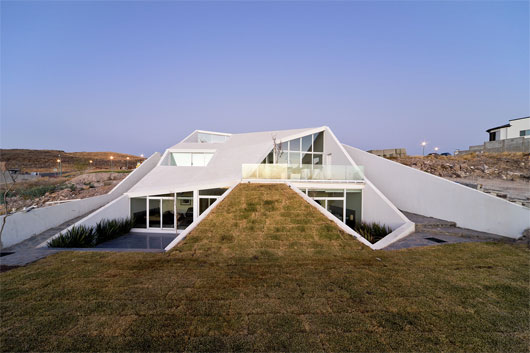 house in chihuahua 2 Mountainside Home in Mexico   amazing futuristic design lets you relax on your own roof ...