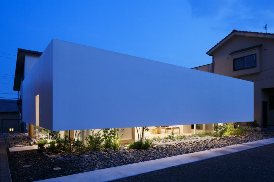House with floating facade glass walls and interior courtyard - Casas japonesas modernas ...