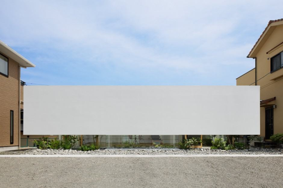 House with Floating Facade, Glass Walls and Interior Courtyard