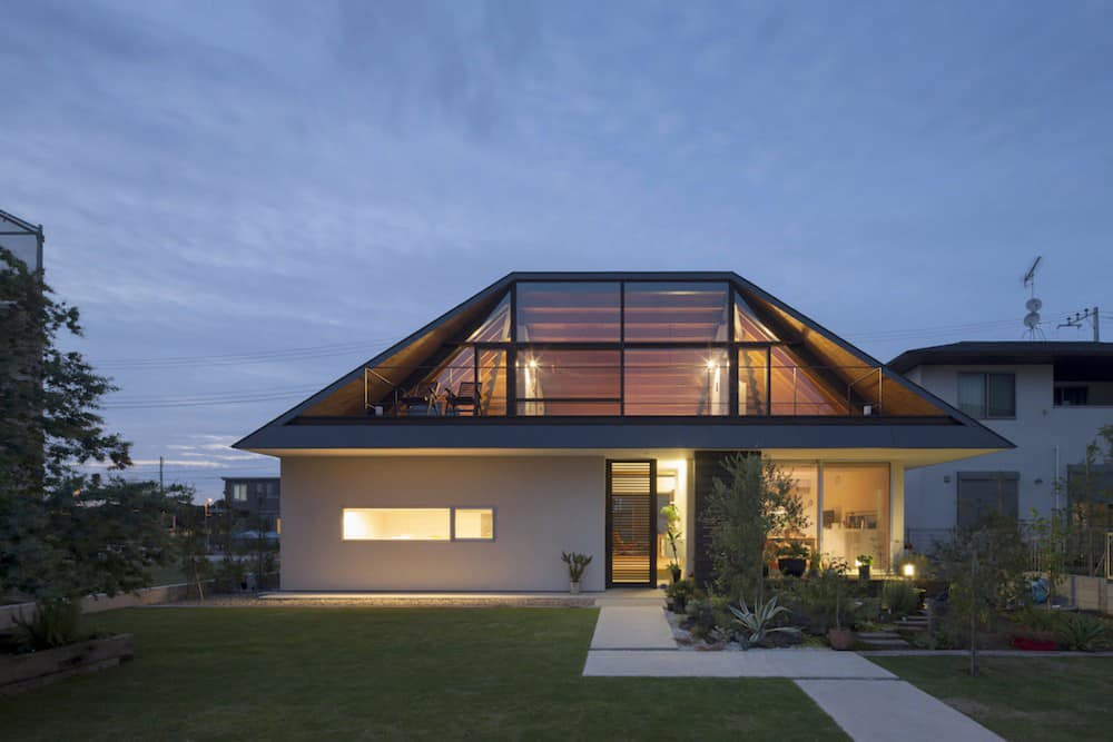 Hipped glass roof house for Modernes walmdachhaus